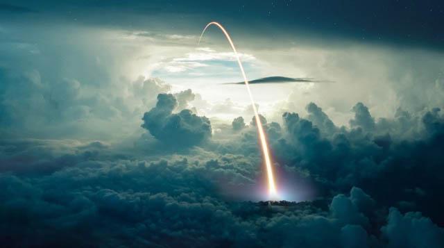 Tir de missile au dessus des nuages - photo stock