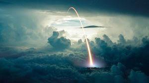 Tir de missile au dessus des nuages