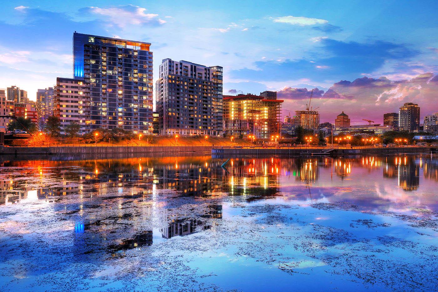2020 Couche de soleil et reflections de Montreal - photo stock
