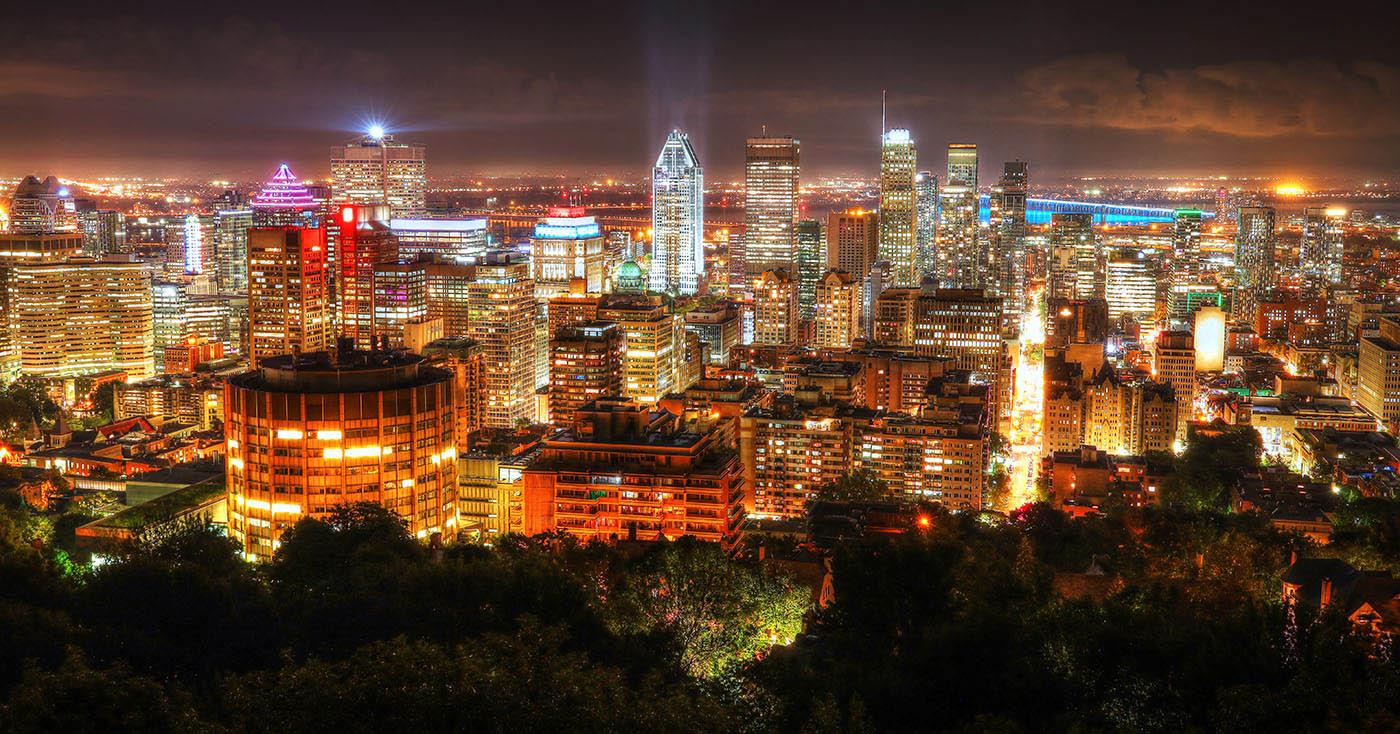 2020 Ville de Montreal la nuit vue du de l'observatoire du Mont Royal - photo stock
