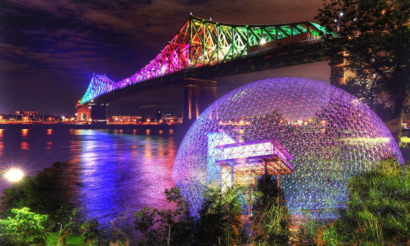 Montage photo du Pont Jacques Cartier et de la biosphere de Montreal la nuit - photo stock