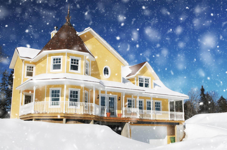 Maison jaune avec neige tombante en hiver