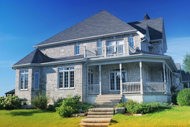 Grande maison en briques grises