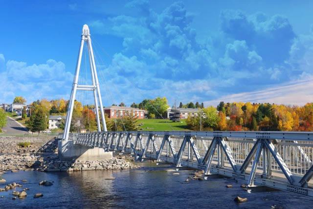 Nouvelle passerelle sur la riviere Saguenay
